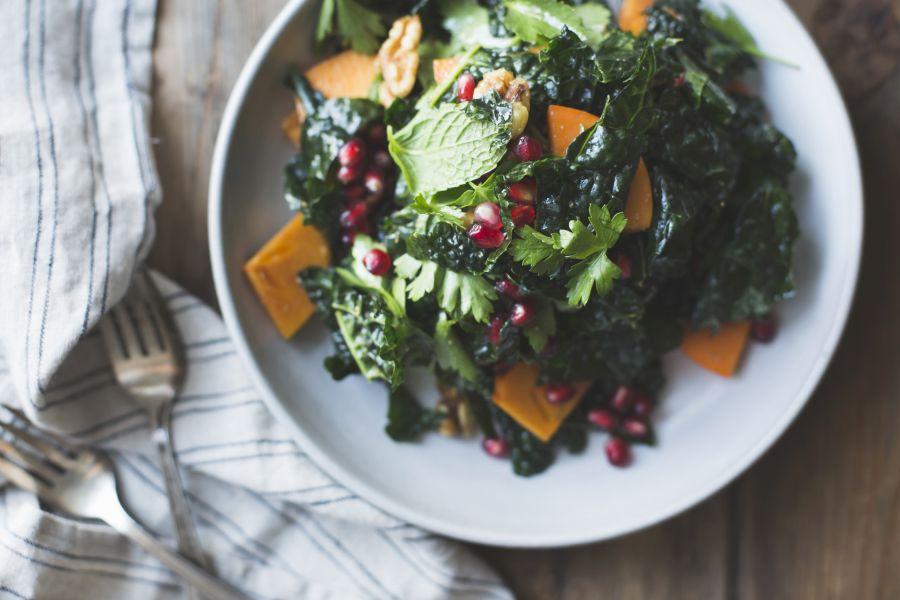 Grünkohlsalat mit Granatapfel und Kaki