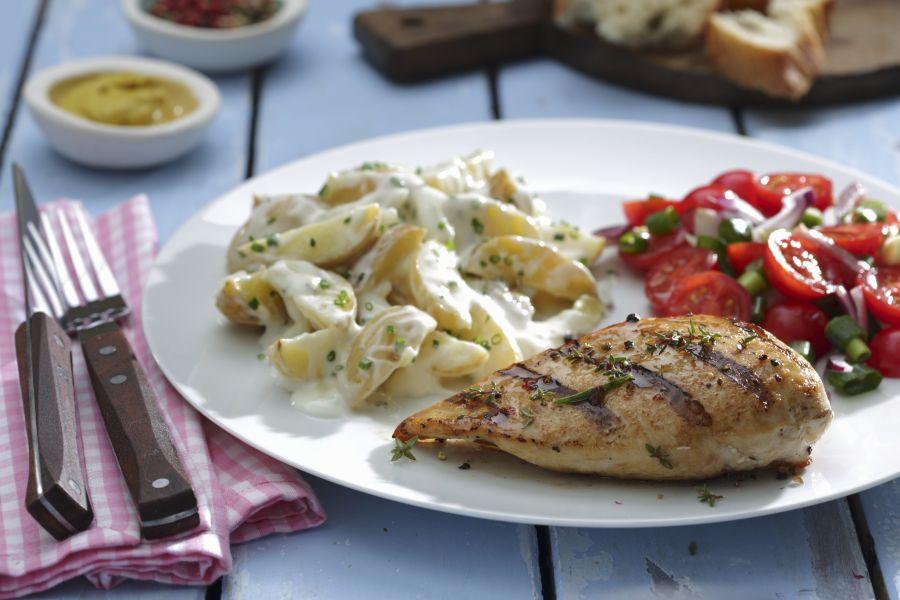Hähnchenbrust mit Kartoffelsalat und Tomatensalat