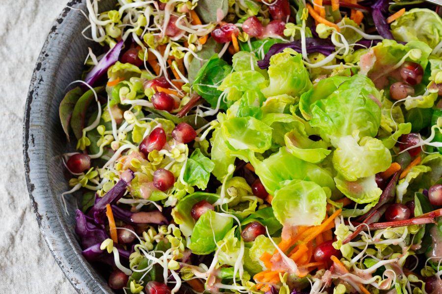 Low-Carb-Rosenkohlsalat mit Granatapfel & Rotkohl