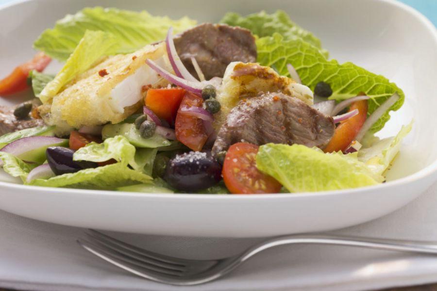 Salat mit gebratenem Lamm und Feta im Brotmantel