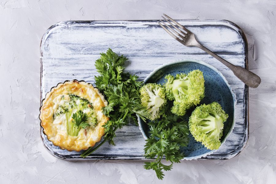 Mini-Quiches mit Brokkoli und Speck in Förmchen