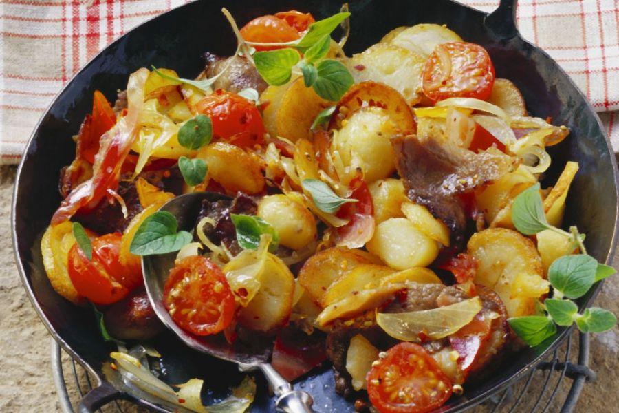 Bratkartoffeln mit Fleisch und Zwiebeln