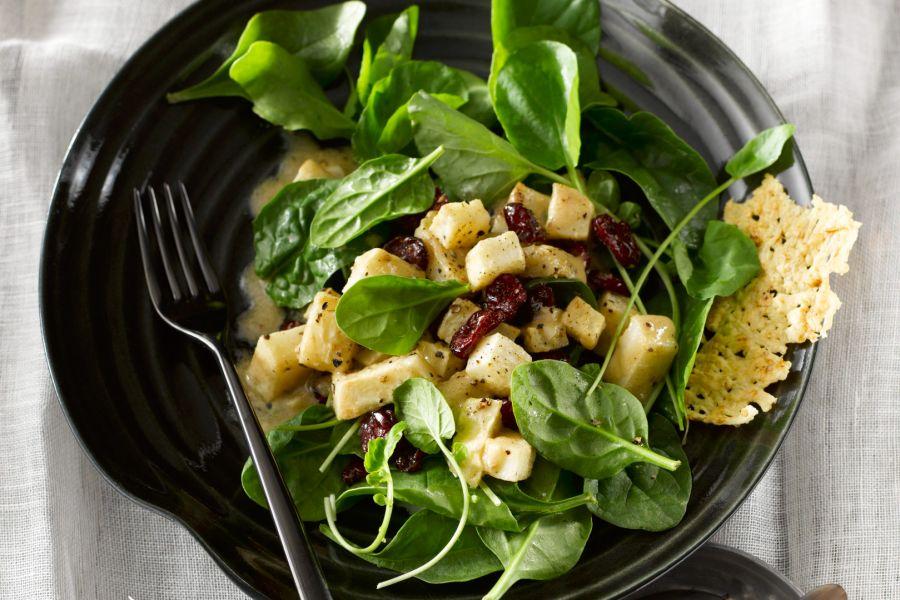 Salat mit Sellerie, Cranberries & Parmesanchips