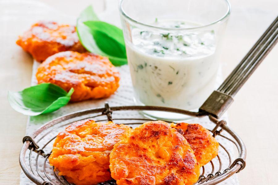 Süßkartoffelpuffer mit Kräuterdip