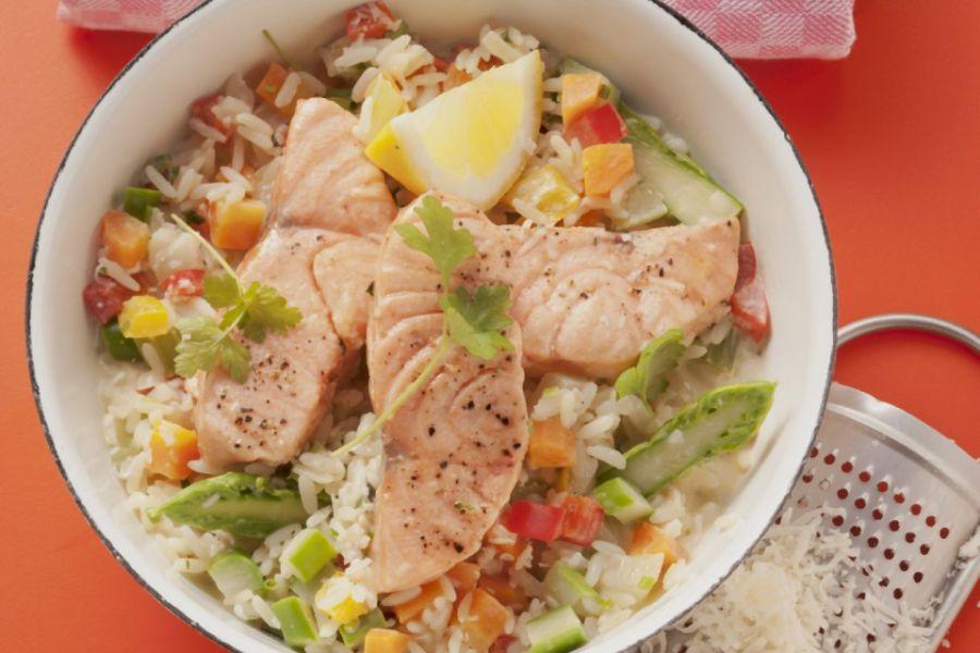 Lachsfilet mit Reis und Gemüse