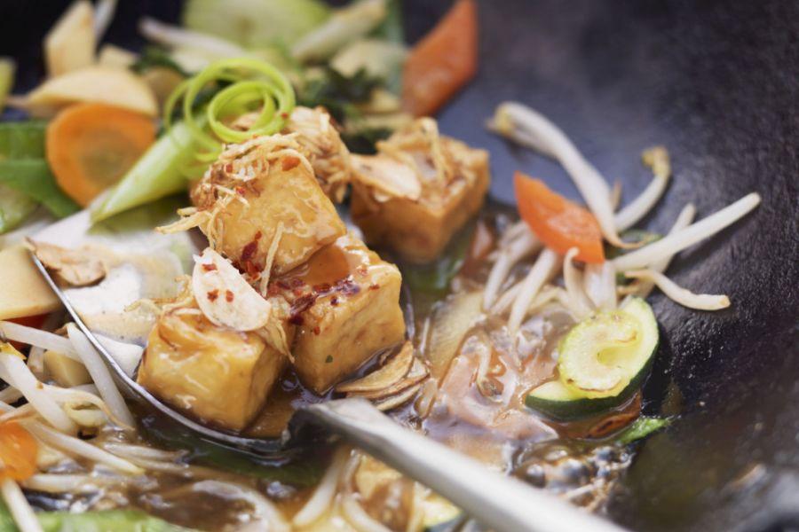Tofu mit Gemüse aus dem Wok