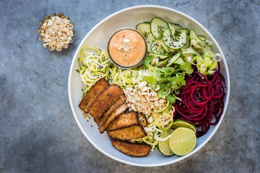 Gemüsespiralen mit Tofu und Erdnusssauce