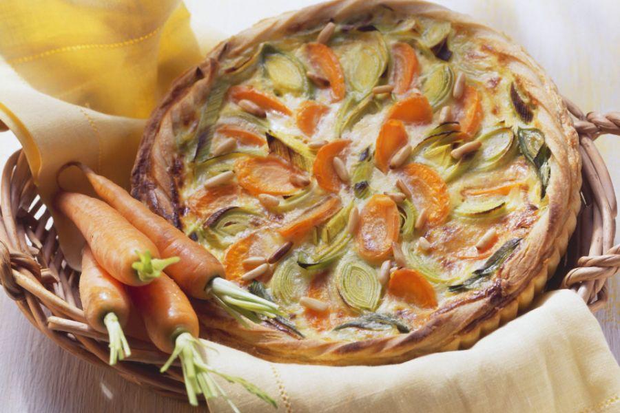 Karotten-Lauch-Quiche mit Pinienkernen