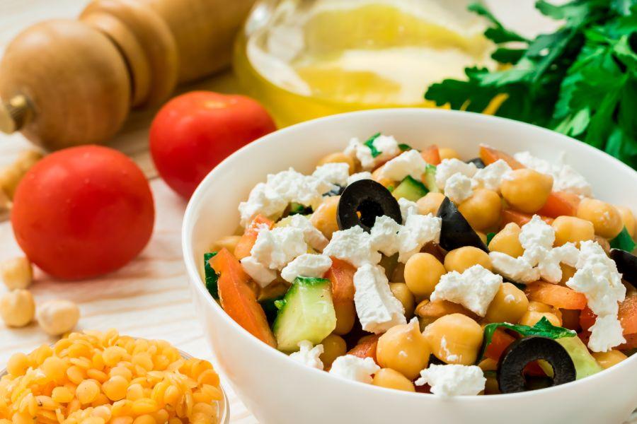 Griechischer Salat mit Kichererbsen und Feta