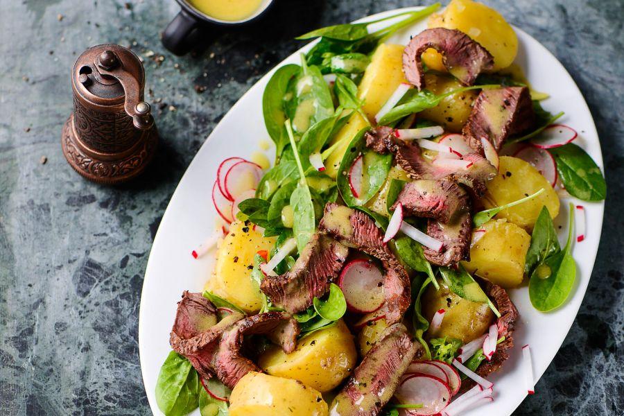 Kartoffelsalat mit Spinat und Steakstreifen