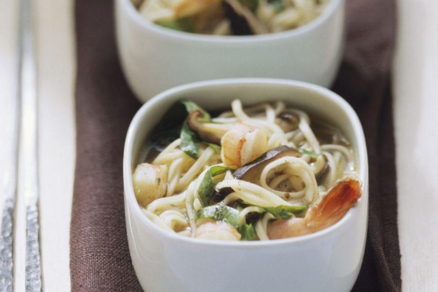 Nudelsuppe mit Shrimps, Spinat und Pilzen