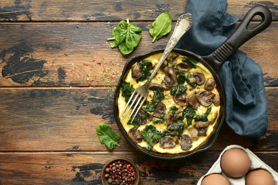 Omelette mit Pilzen und Spinat