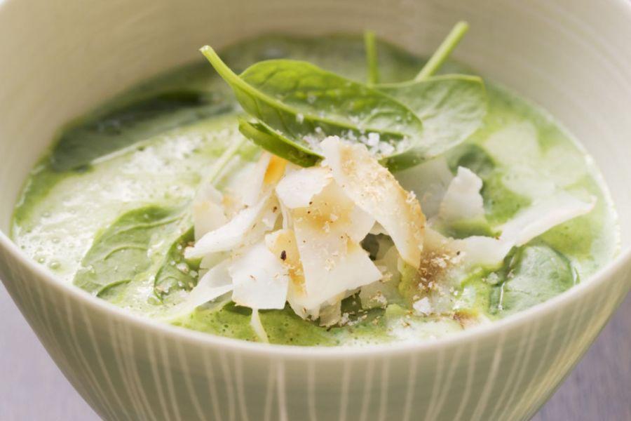 Spinat-Knoblauch-Suppe mit Kokos-Chips