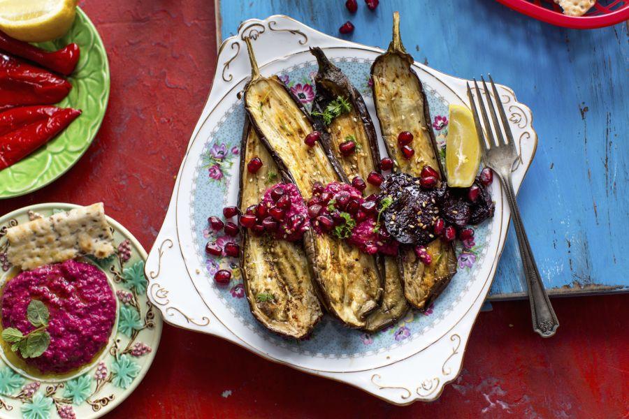 Gebratene Auberginen mit Rote-Bete-Hummus