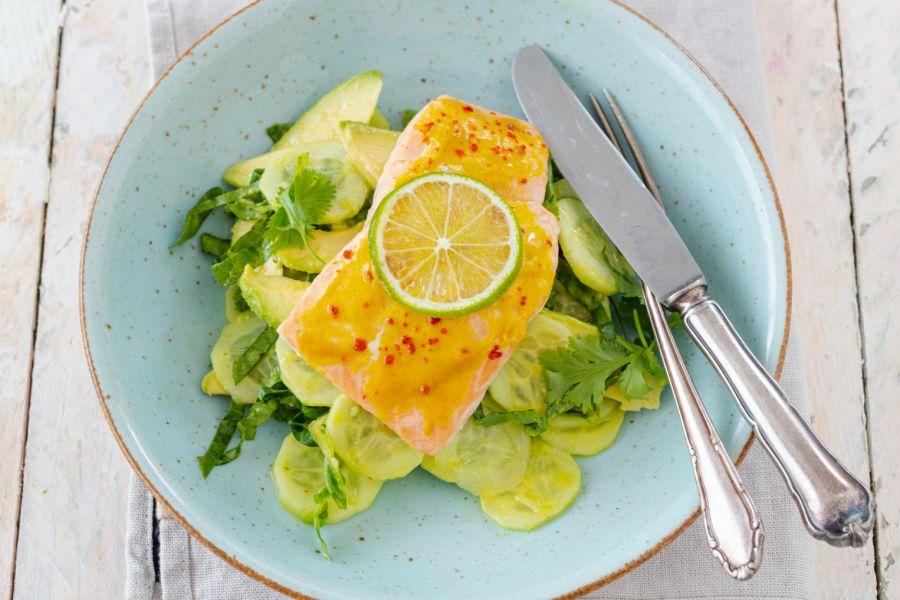 Lachs mit Honig-Senf-Sauce und Gurkensalat