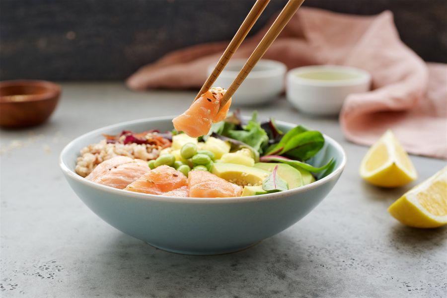 Poke Bowl mit Lachs und Avocado