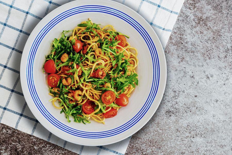 Zitronen-Pasta mit Garnelen, Tomate und Rucola