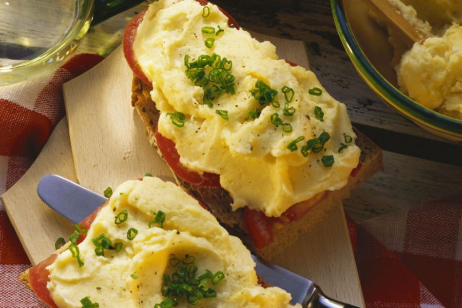 Brot mit Tomaten und Kartoffelaufstrich