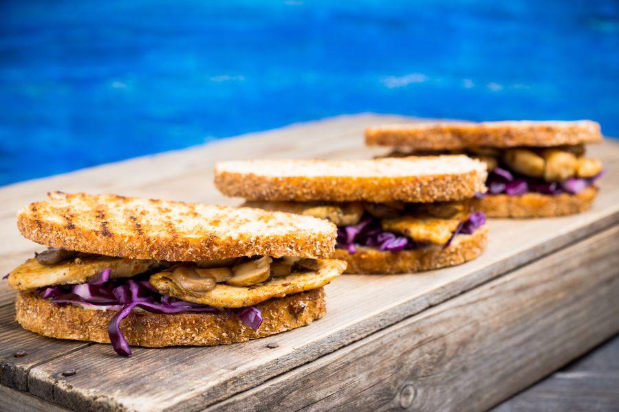 Hähnchen-Sandwich mit Rotkohl