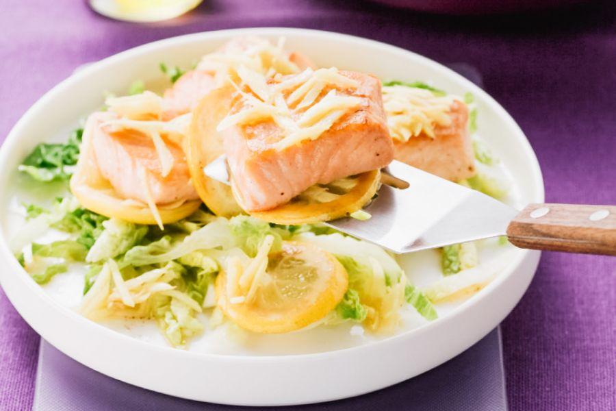Lachsfilet mit Zitrone und Ingwer, dazu Salat