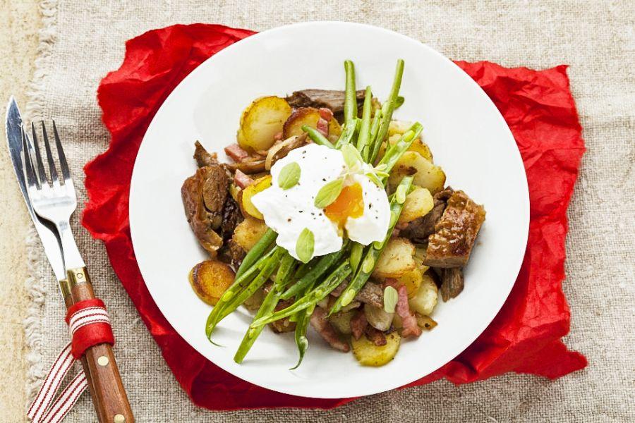 Bratkartoffeln mit Schweinefleisch, Bohnen und Ei