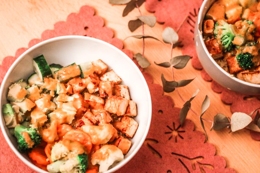 Quinoa-Bowl mit Tofu und Erdnusssauce