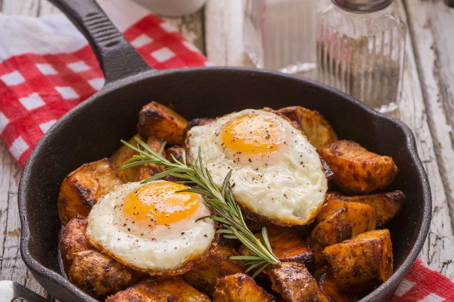 Gebackene Kartoffeln mit Spiegelei und Rosmarin