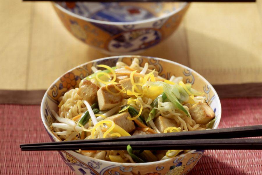 Asia-Nudeln mit Gemüse-Tofu