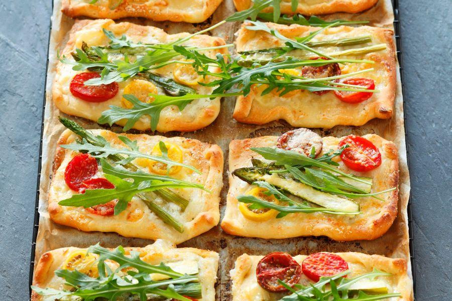 Tomaten-Tartes mit Spargel und Rucola