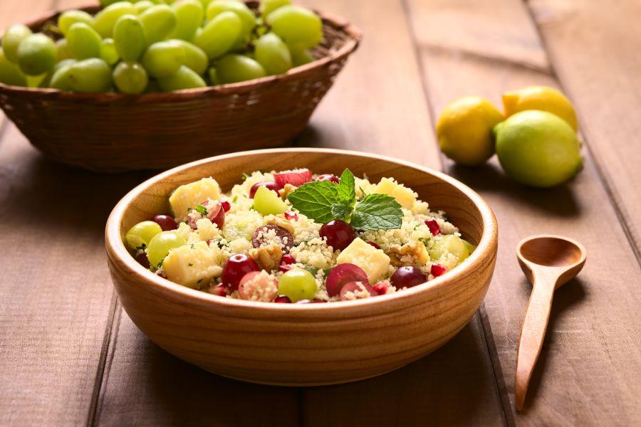 Couscous-Salat mit Tofu, Granatapfel und Trauben