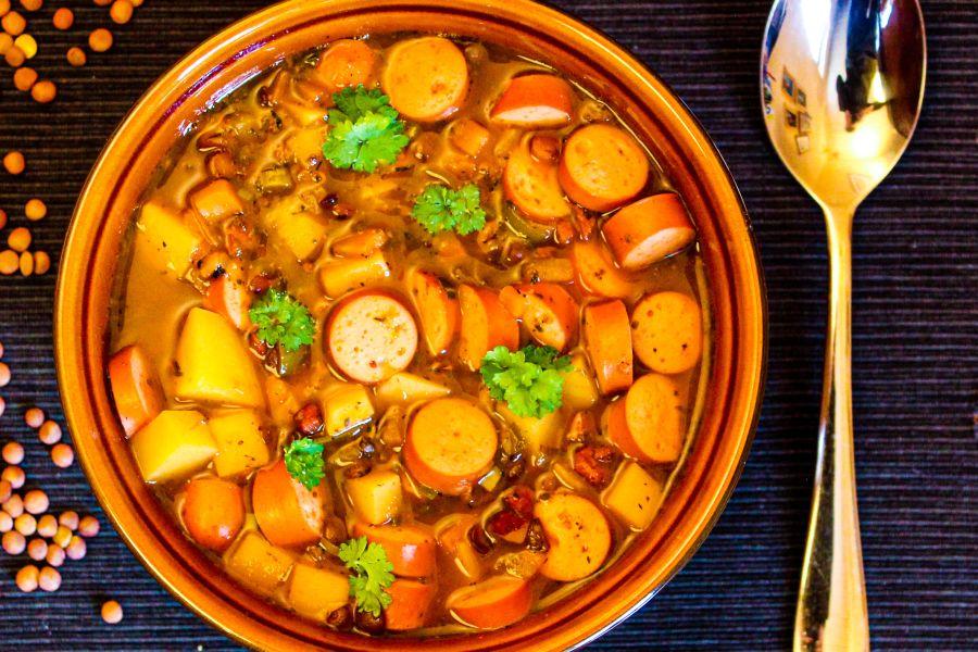 Deftiger Linsen-Kartoffeleintopf mit Würstchen