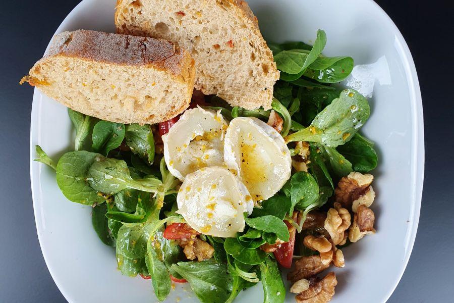 Walnuss-Feldsalat mit lauwarmen Ziegenkäse