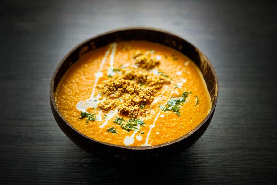 Möhren-Curry-Suppe mit Quinoa-Popcorn