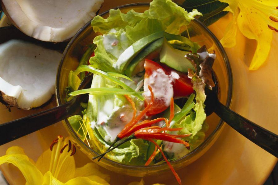 Salat mit Avocado, Kokos und Chili