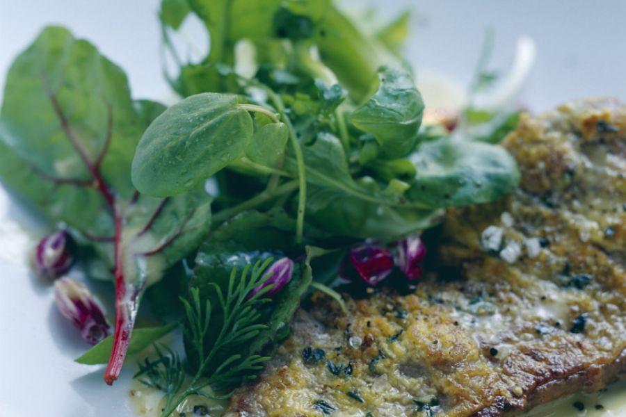 Rind mit Senf-Thymian-Haube und Salat