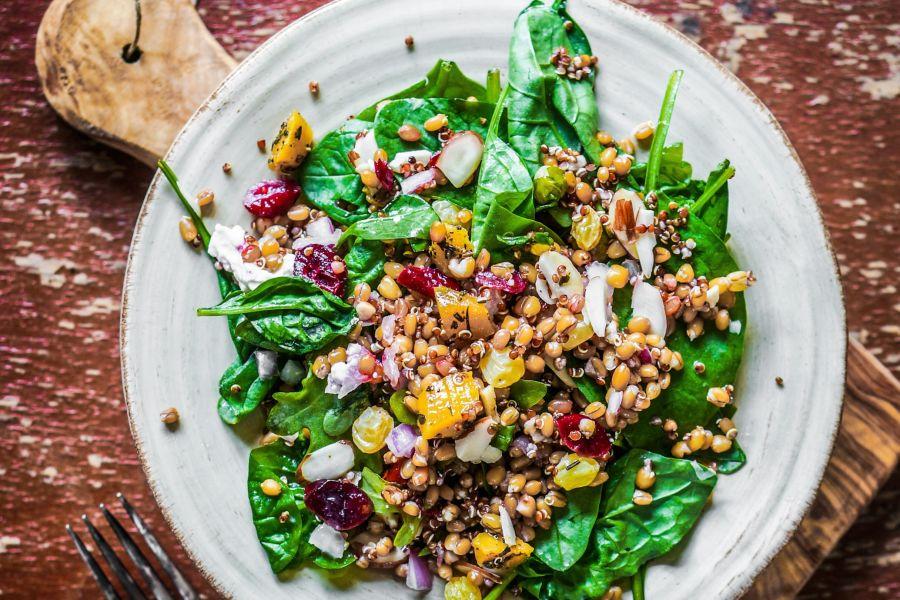 Spinatsalat mit Quinoa, Kürbis & Paprika
