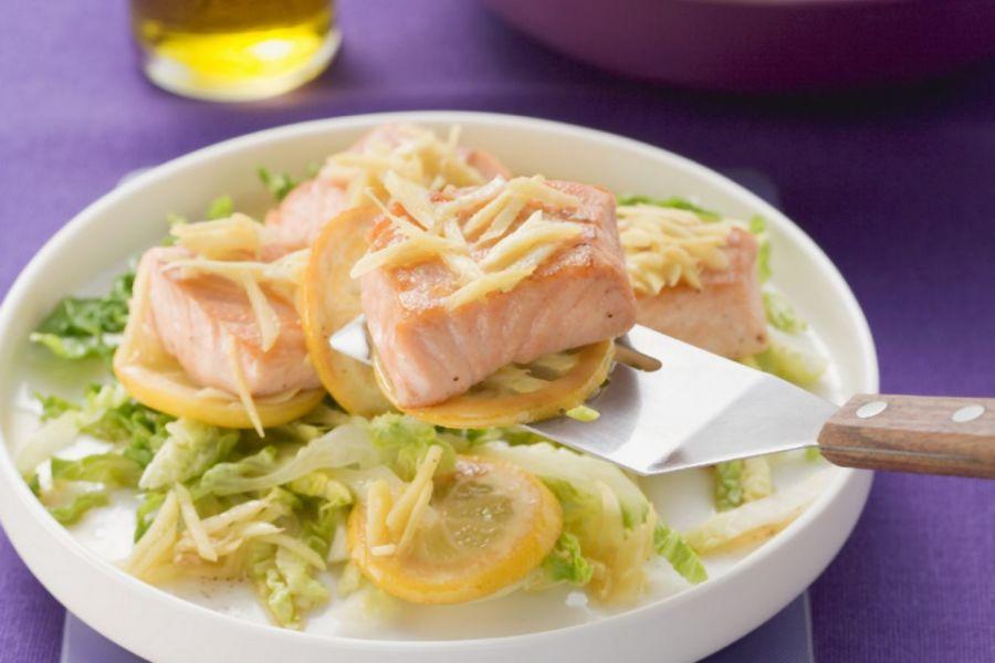 Lachfilet mit Zitrone und Ingwer, dazu Salat