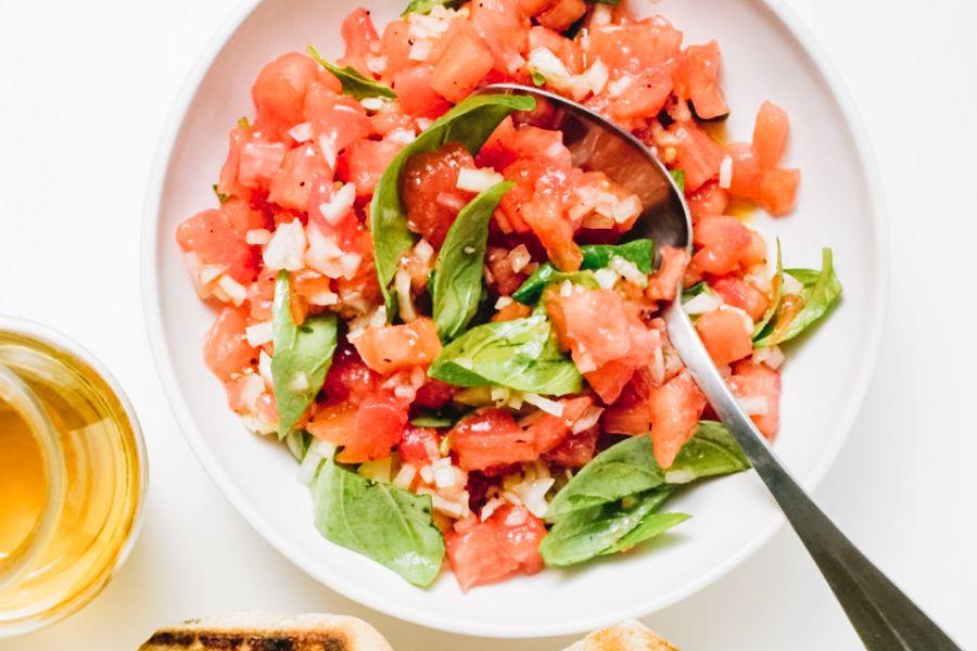 Tomaten-Basilikum-Salsa mit Röstbrot