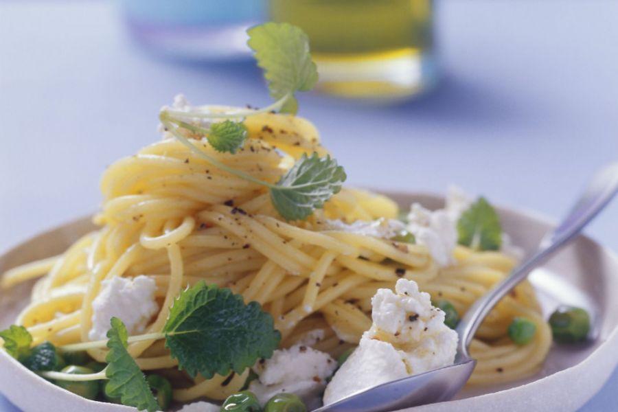 Zitronige Pasta mit Erbsen und Ricotta