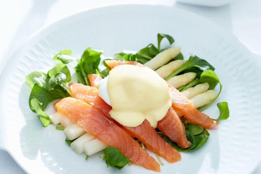 Spargel mit Lachs, Ei und Sauce Hollandaise