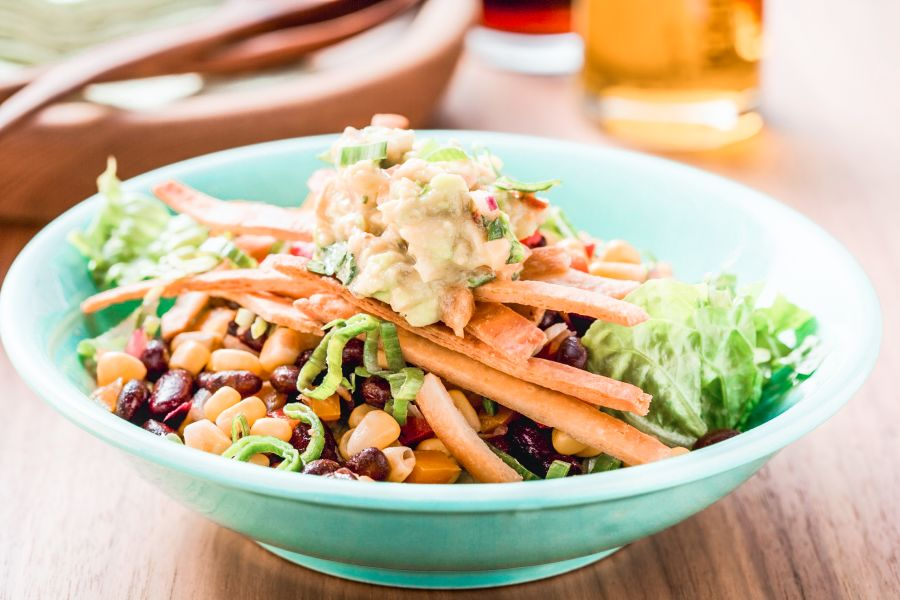 Salat mit Bohnen, Mais und Guacamole