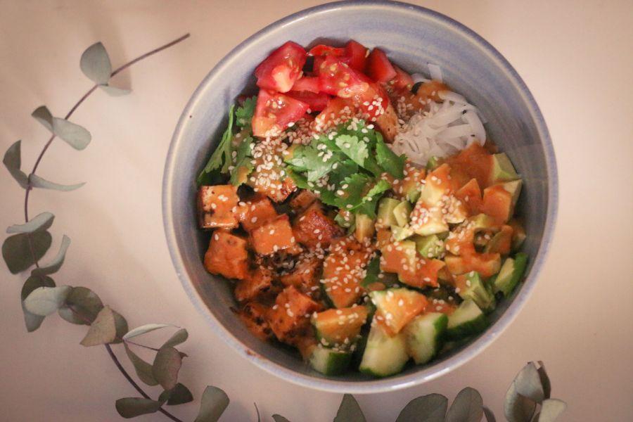 Reisnudelsalat mit Avocado und Tofu