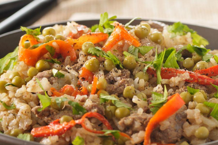 Reis mit Rindfleisch und Erbsen