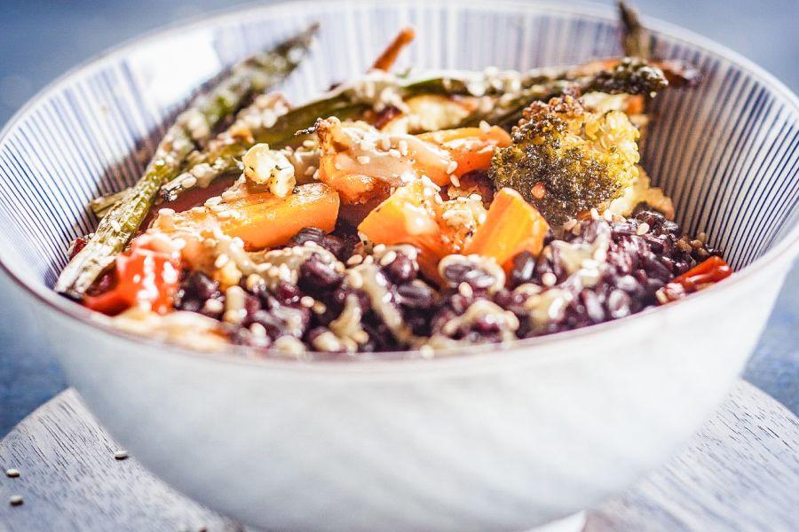 Bowl mit Röstgemüse und Tahini-Sauce