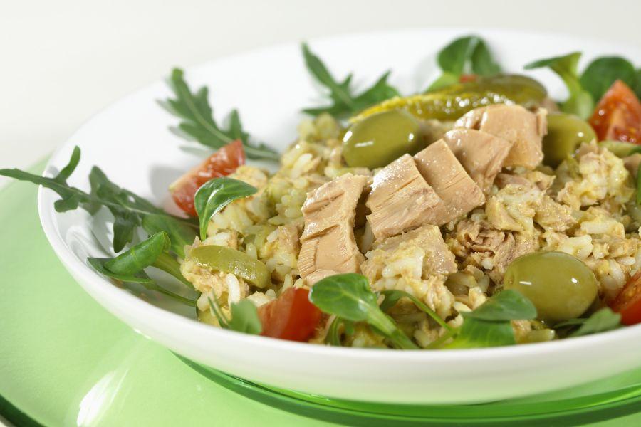 Reissalat mit Thunfisch und Oliven