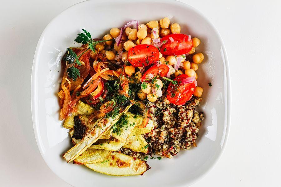 Zucchini-Kichererbsen-Bowl mit Quinoa