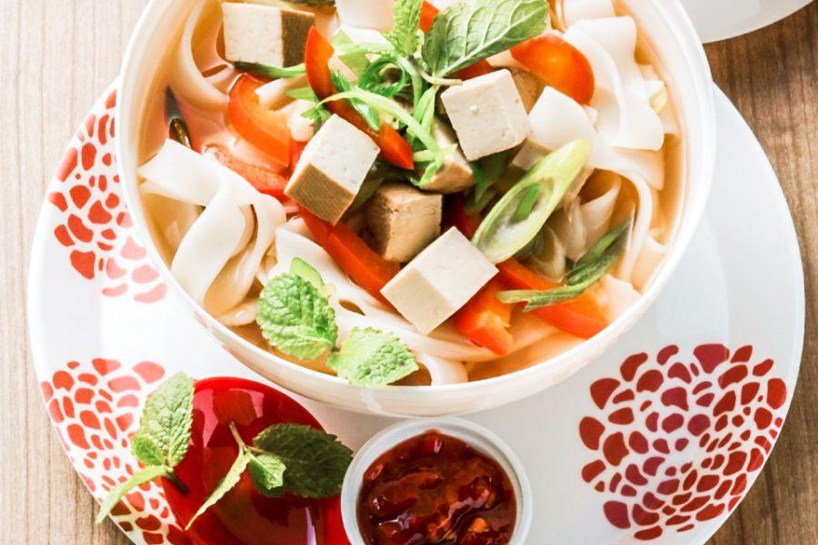 Asia-Suppe mit Reisnudeln, Paprika und Tofu