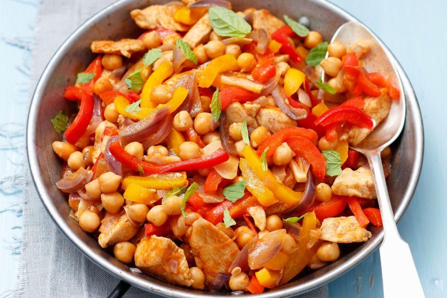 Hähnchenpfanne mit Paprika, Kichererbsen und roten Zwiebeln