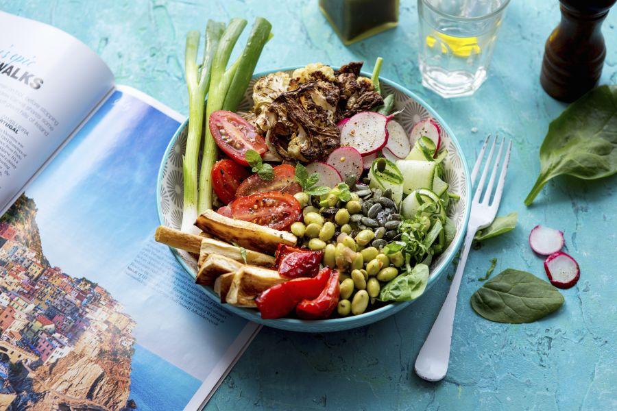 Salat-Bowl mit Bohnen, Blumenkohl und Spinat