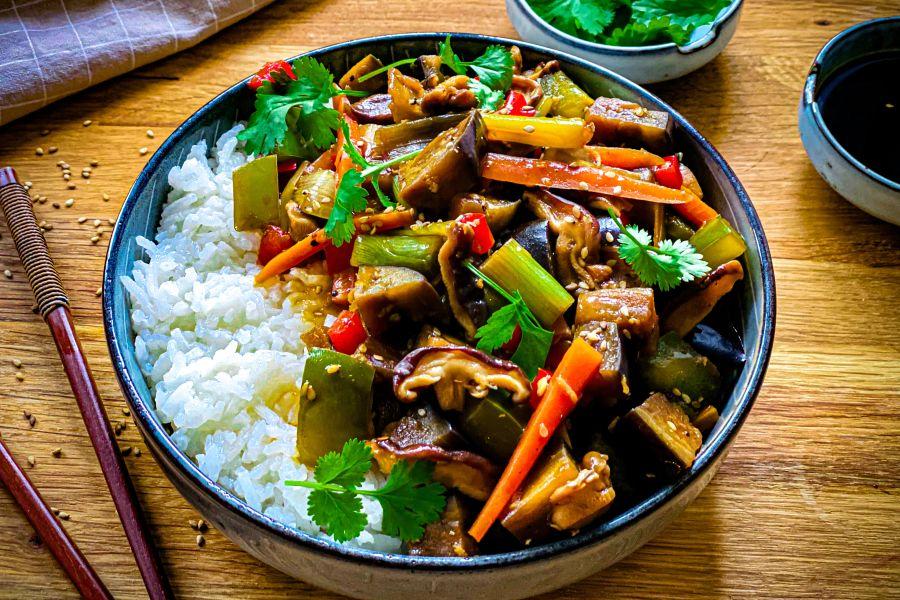 China-Wok mit Asia-Gemüse und Hoisinsauce
